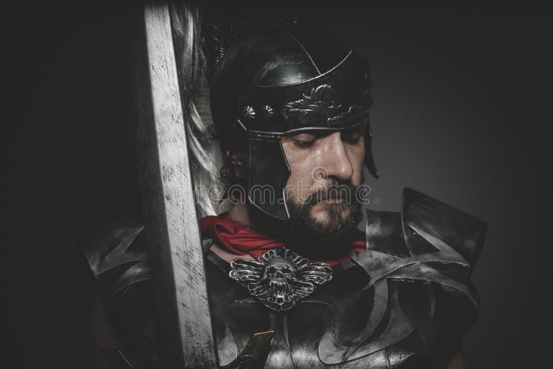 Praetorian romersk legionär och röd kappa, harnesk och svärd i krig arkivbilder