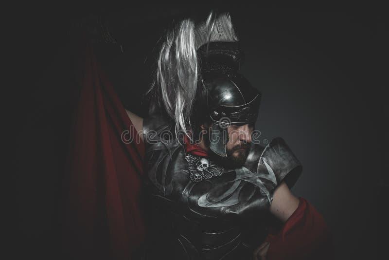Praetorian romersk legionär och röd kappa, harnesk och svärd i krig arkivfoton