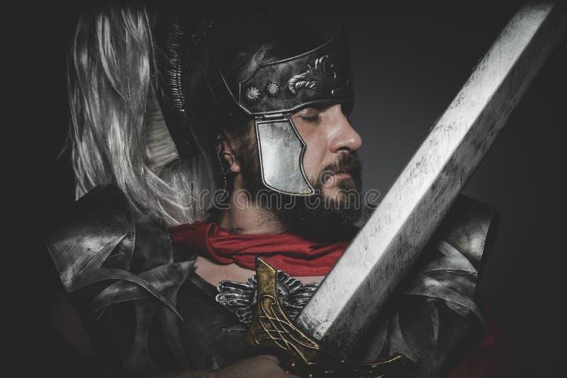 Praetorian romersk legionär och röd kappa, harnesk och svärd i krig arkivbild