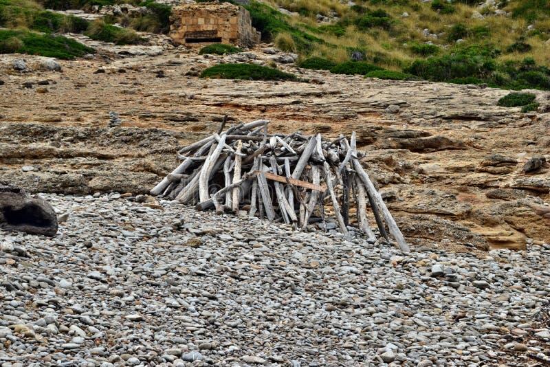 Praforma budy schronienie w drewnach robić spadać gałąź w Cala Figuera, Mallorca zdjęcia stock