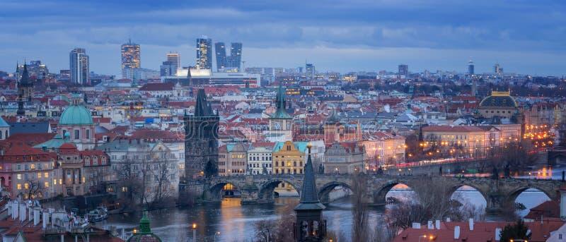 Prag全景在晚上 库存照片