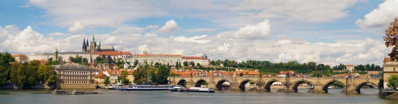 Prag的非常广泛的全景:伏尔塔瓦河河,Cha 免版税库存照片