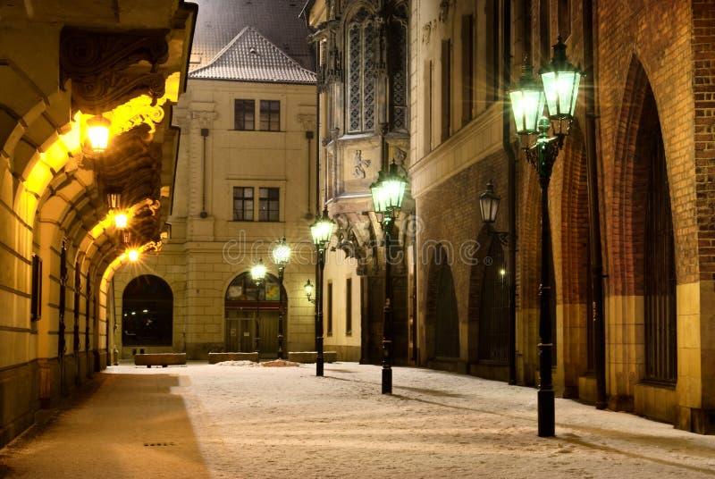 Prag-alte Stadtstraße mit Hochschulgebäude an lizenzfreie stockfotografie