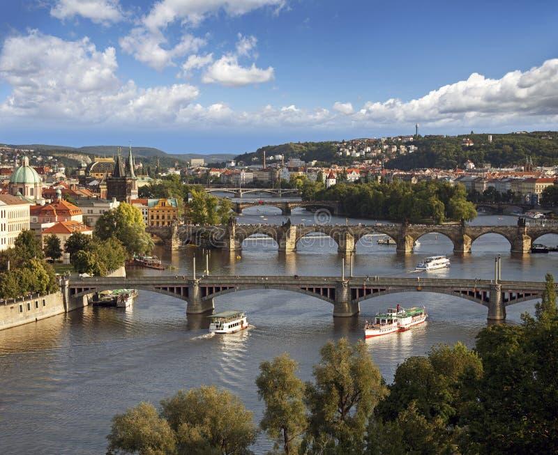 Prag - Ansicht mit Vltava Fluss stockfotos