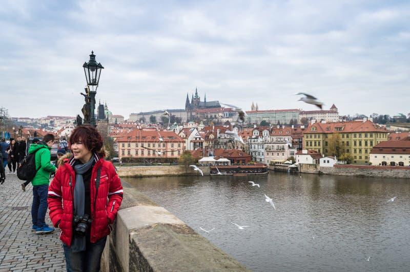 Prag, Böhmen/Tschechische Republik - November 2017: Touristen, die auf die Charles-Brücke mit Ansicht über Prag-Schloss und die M lizenzfreies stockfoto