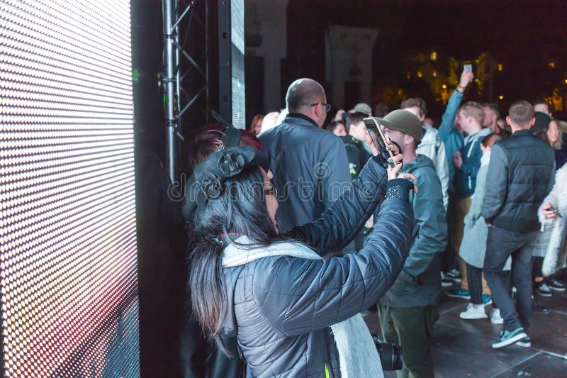 PRAG, CZ - 12. OKTOBER 2017: Blaue behaarte Mädchen, die selfies an der Axiominstallation durch Webster an Prag-Signal 2017 nehme stockbild