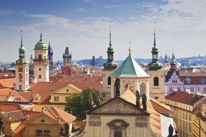 Prag-Dächer lizenzfreie stockbilder