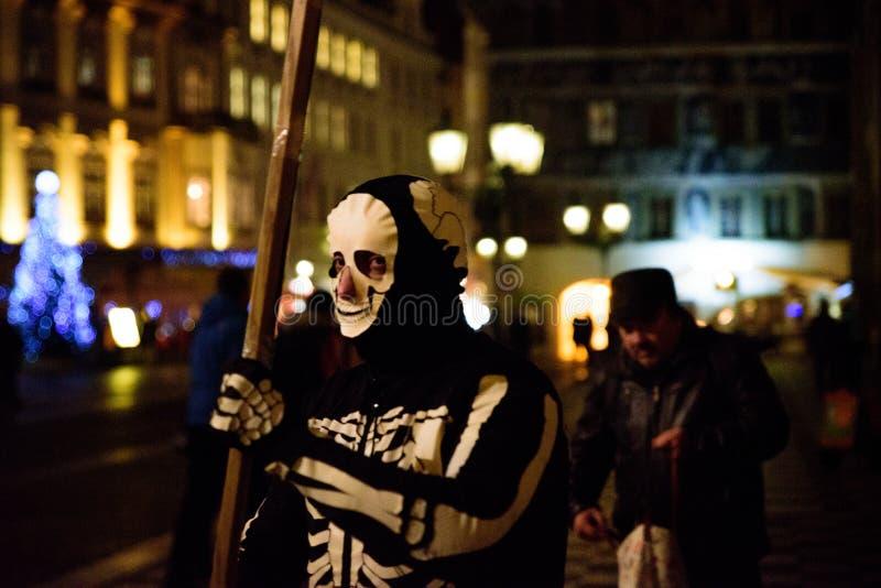 PRAG - 7. DEZEMBER: Straßenausführender gekleidet als Skelett, 20 stockfotografie