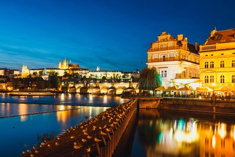 Prag-durin Sonnenuntergang mit Schloss und Charles Bridge, Tschechische Republik lizenzfreies stockbild