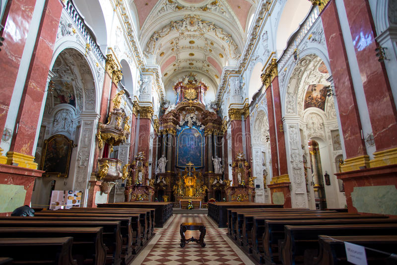 Prag - Innenraum der Jesuitkirche stockbilder