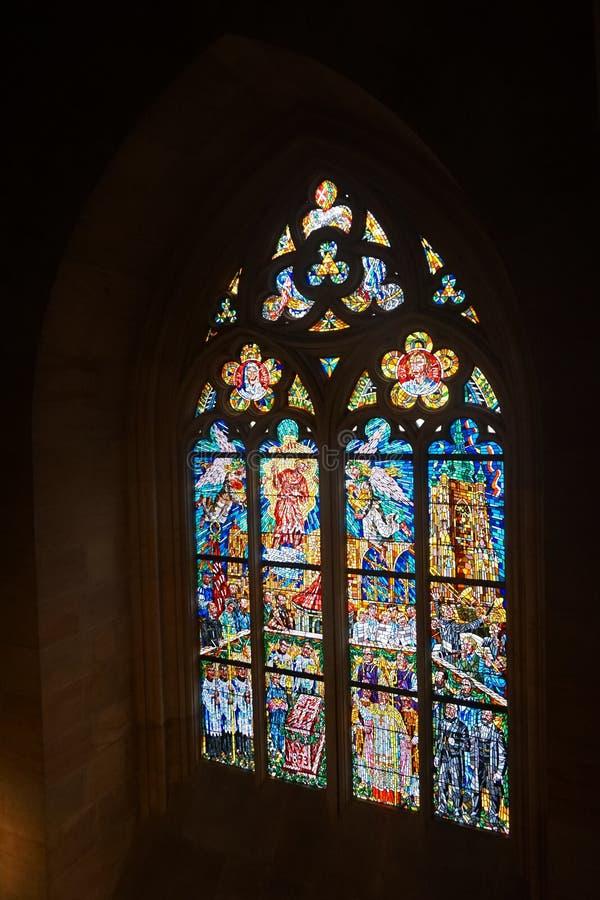 Prag-Kircheninnenraum - Fenster lizenzfreies stockbild