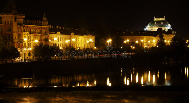 Prag nachts lizenzfreie stockfotografie