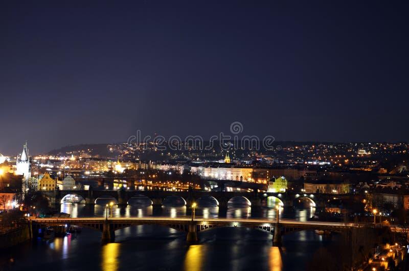 Prag nachts lizenzfreie stockfotos