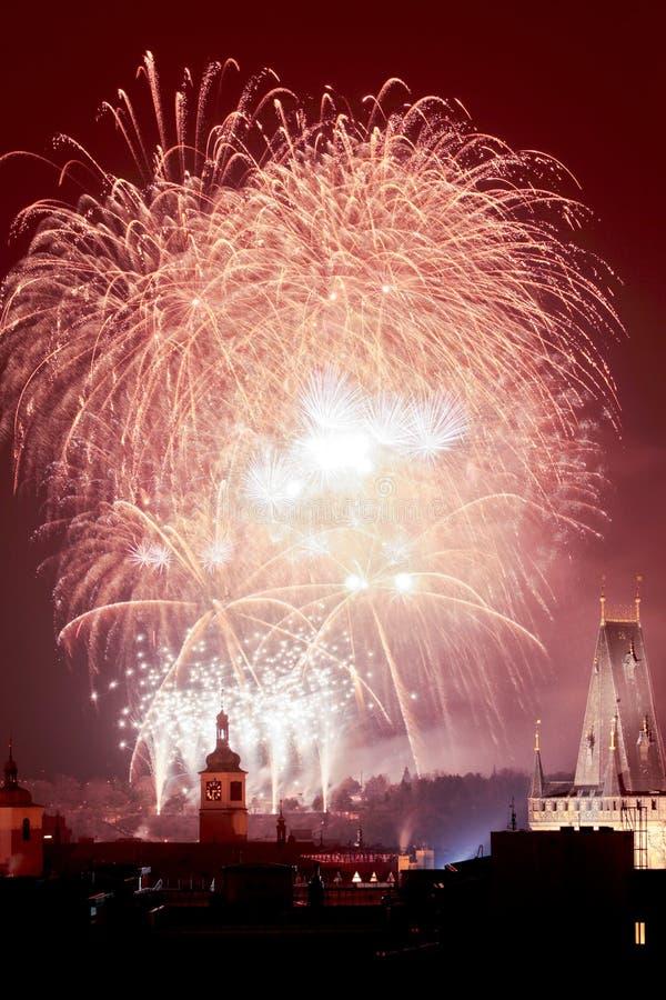 Prag - neue Jahr-Feuerwerke über der alten Stadt. lizenzfreie stockfotografie