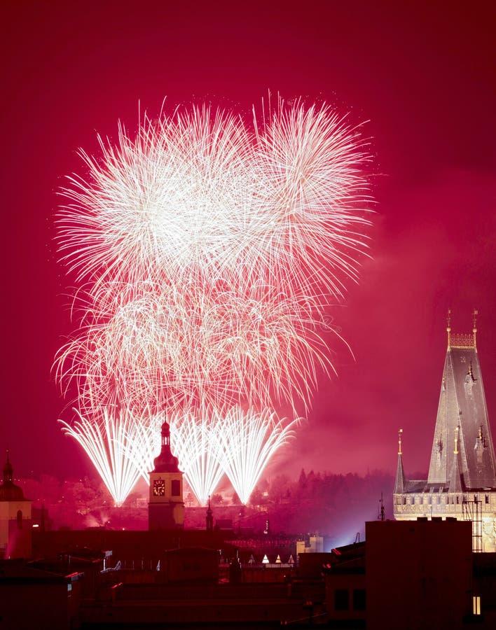 Prag - neue Jahr-Feuerwerke über der alten Stadt. lizenzfreie stockbilder