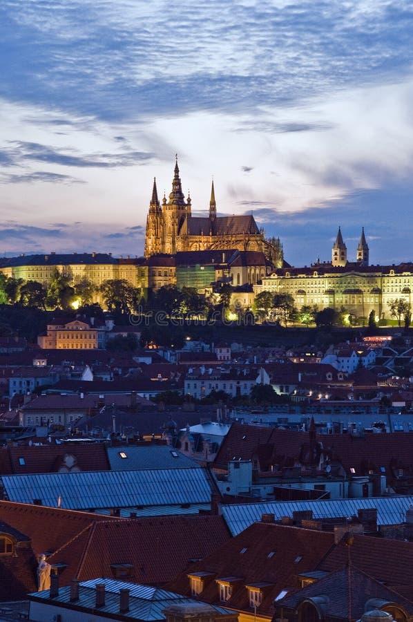 Prag-Schloss am Abend lizenzfreie stockbilder
