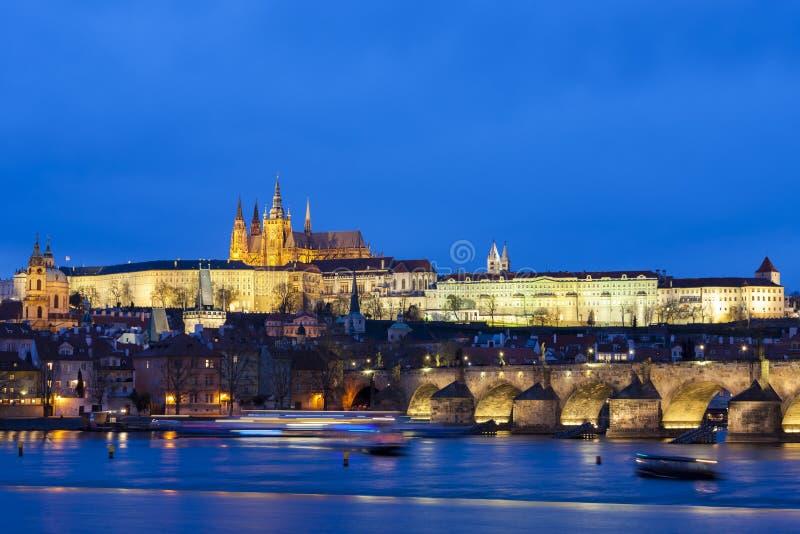 Prag-Schloss mit Charles-Brücke, Prag, Tschechische Republik stockfotos