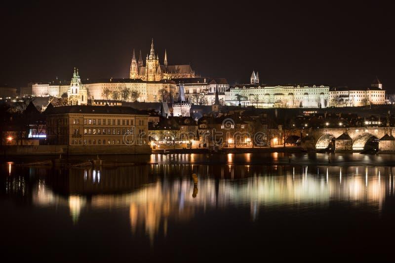 Prag-Schloss nachts stockfotografie