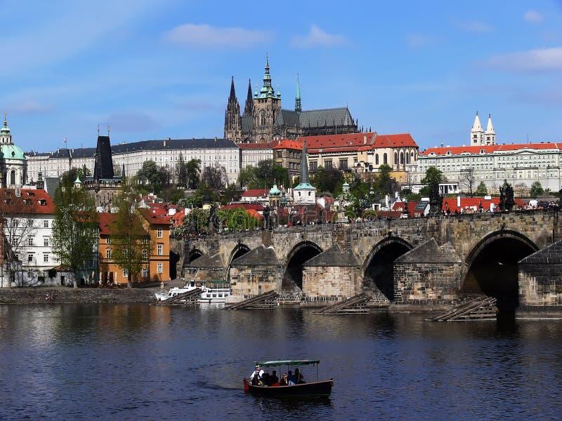 Prag-Schloss und Charles-Brücke lizenzfreie stockbilder