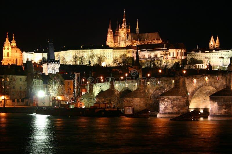 Prag-Schloss und die Charles-Brücke stockbild