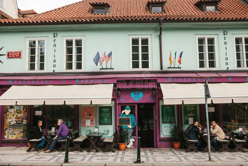 Prag, am 25. September 2017: Ein populäres Restaurant mit lokalem tschechischem Lebensmittel Besucher sitzen an den Tischen drauß stockfoto
