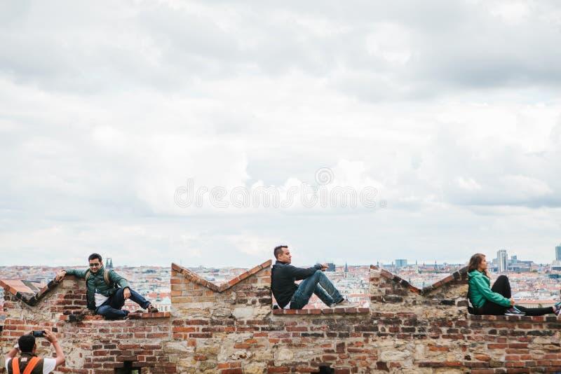 Prag, am 18. September 2017: Leute auf der Aussichtsplattform bewundern die schönen Ansichten der Stadt und entspannen sich freun stockfotos