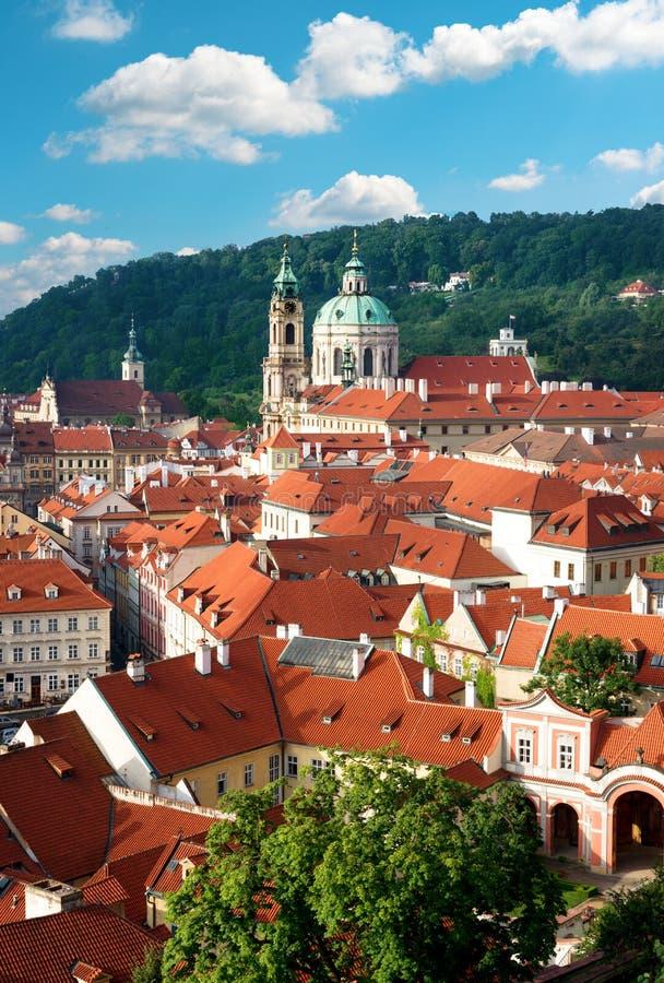 Prag-, St.-Nicolas Kirche und Dachspitzen stockfotografie