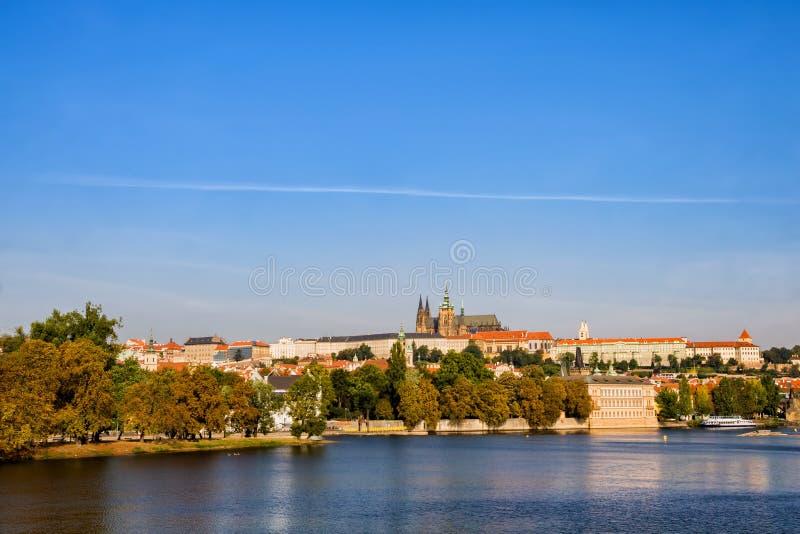 Prag-Stadt-Skyline-Fluss-Ansicht lizenzfreie stockbilder