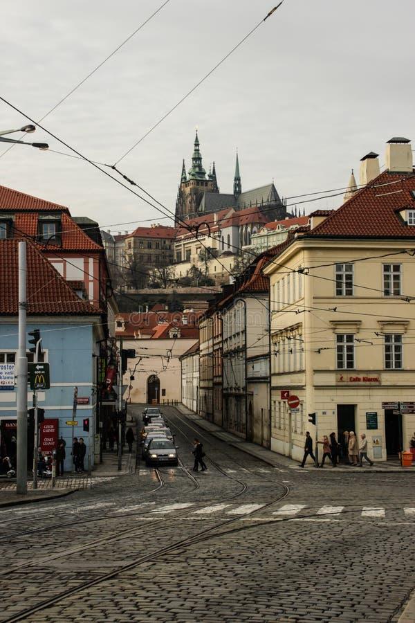 Prag-Straße am Vorabend des neuen Jahres Gotische Architektur, Kirche und Häuser stockbild