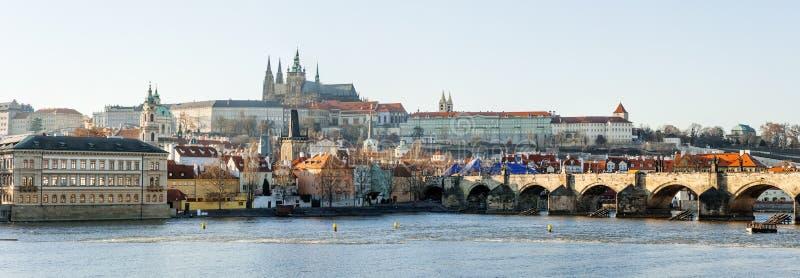Prag, Tschechische Republik - Ansicht der Charles-Brücke, des Schloss- und Moldau-Flusses stockfotografie