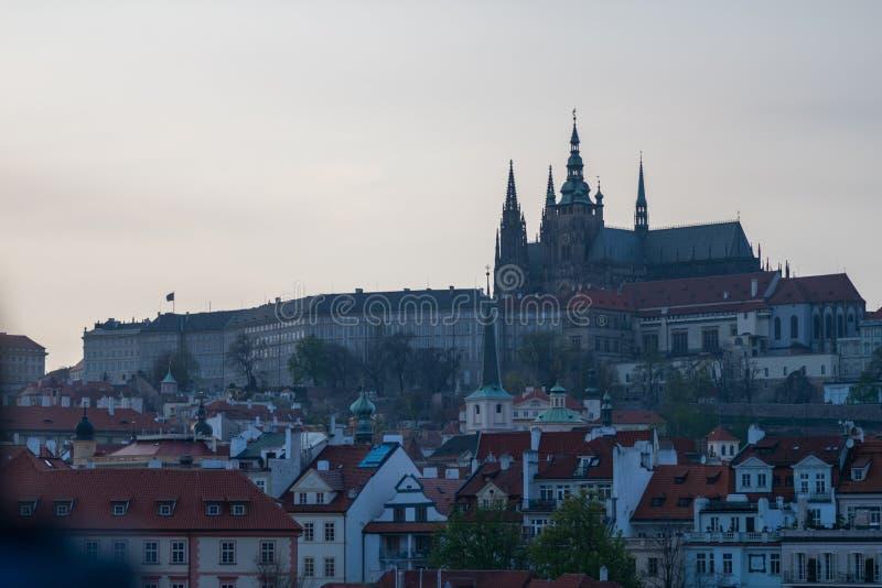 PRAG, TSCHECHISCHE REPUBLIK - 10. APRIL 2019: Das schöne und ikonenhafte Prag-Schloss während eines niedrigen blauen Sonnenunterg stockfotografie