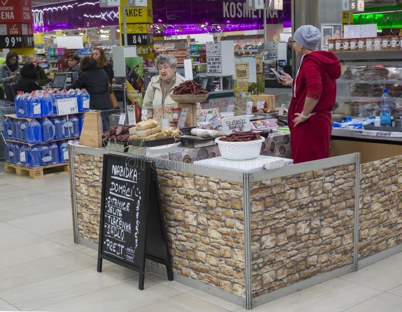Prag, Tschechische Republik, am 13. April 2019: Frau, die W?rste und unterschiedliche Art des Fleisches von den lokalen Landwirte lizenzfreie stockfotos