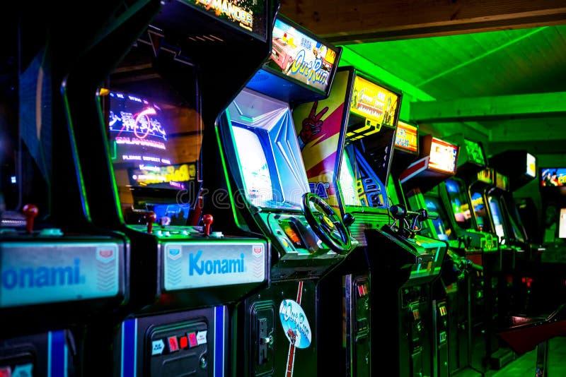 PRAG - TSCHECHISCHE REPUBLIK, am 5. August 2017 - Raum voll des Klassikers Arcade Video Games der Ära-90s lizenzfreies stockbild