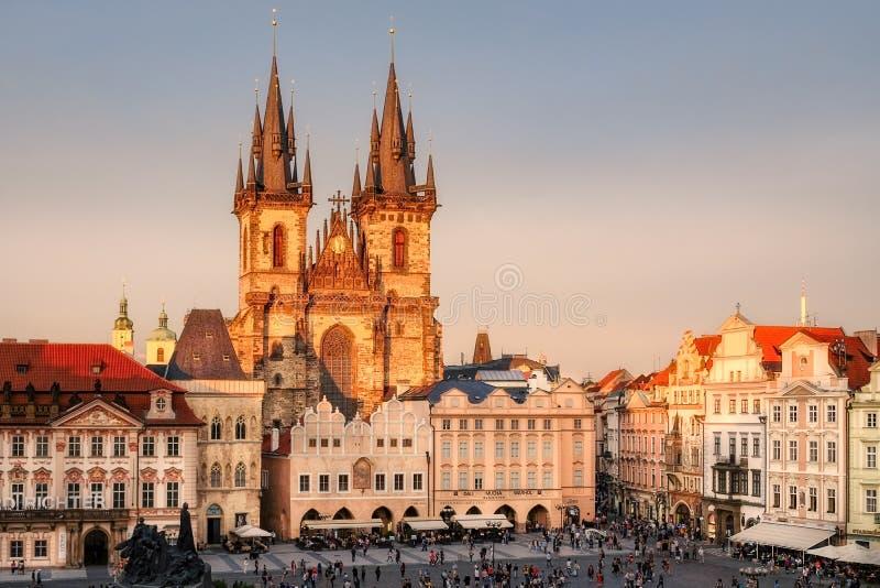 PRAG, TSCHECHISCHE REPUBLIK - 19. August 2017: Sonnenuntergangansicht alten Marktplatzes Prags füllte mit Leuten stockfotos