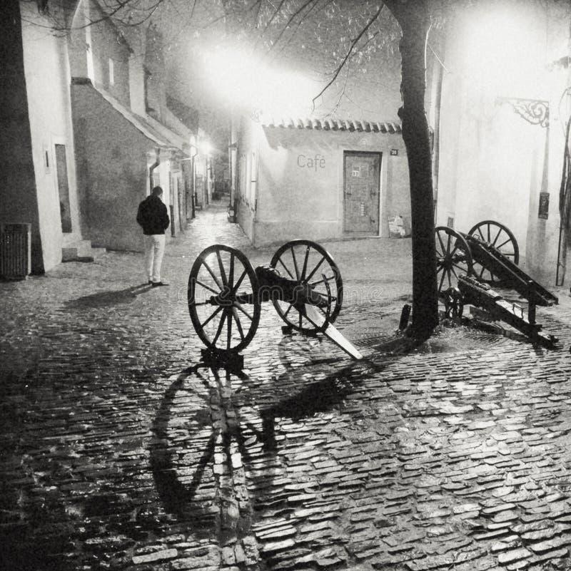 PRAG, TSCHECHISCHE REPUBLIK: Belichtete Pflasterstraße mit hellen Reflexionen auf der Pflasterung in der alten historischen Stadt lizenzfreies stockbild