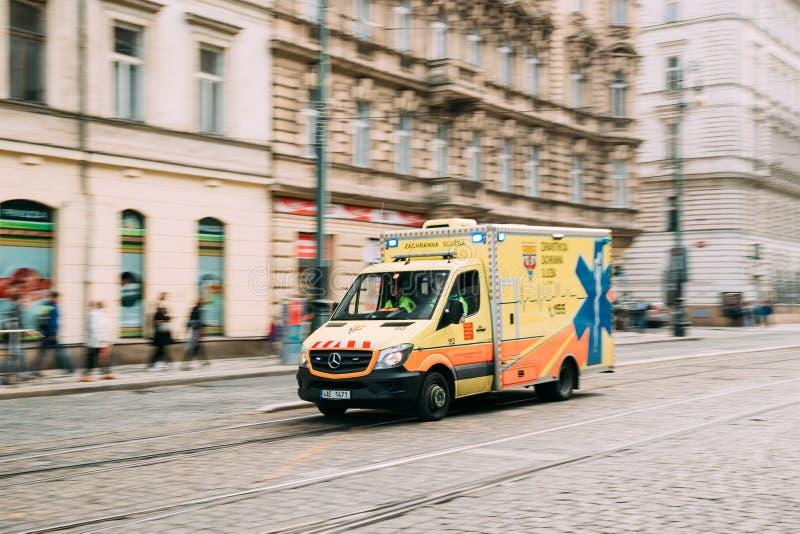 Prag, Tschechische Republik Bewegen mit Sirenen-heller gelber Notarztwagen-Reanimation Mercedes Benz Van Car lizenzfreies stockbild