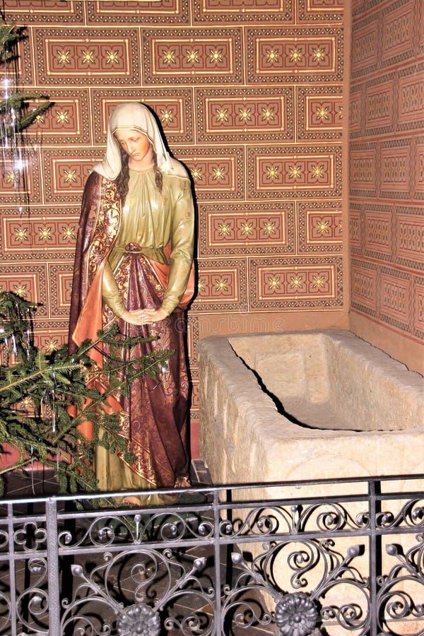 Prag, Tschechische Republik, im Januar 2013 Zahl einer Sorgen machenden Frau über dem Grab eines Ritters im Prag-Tempel lizenzfreies stockbild