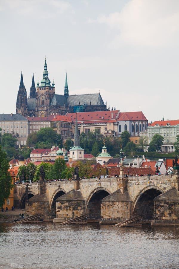 Prag, Tschechische Republik, 5. Mai 2011: Ansicht über Schloss-Bezirk - Statuen stockbilder