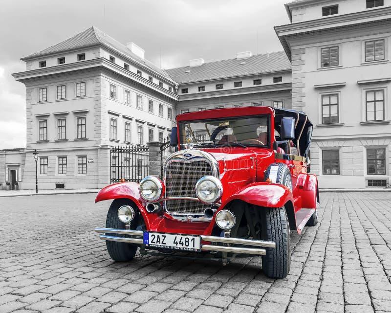PRAG, TSCHECHISCHE REPUBLIK - 17. MAI 2016: Ein rotes Retro- Auto auf dem s stockfotografie