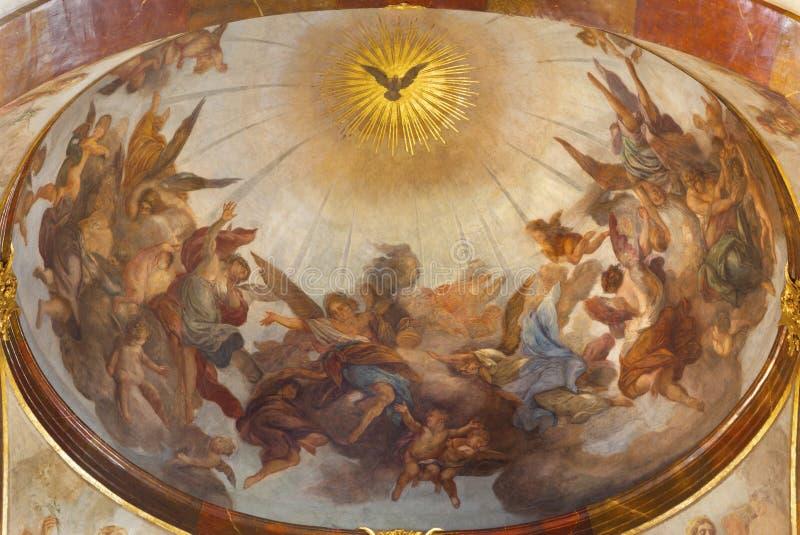 PRAG, TSCHECHISCHE REPUBLIK - 12. OKTOBER 2018: Das Deckenfresko von Heiliger Geist unter den Engeln in St Francis von Assisi-Kir stockfotografie