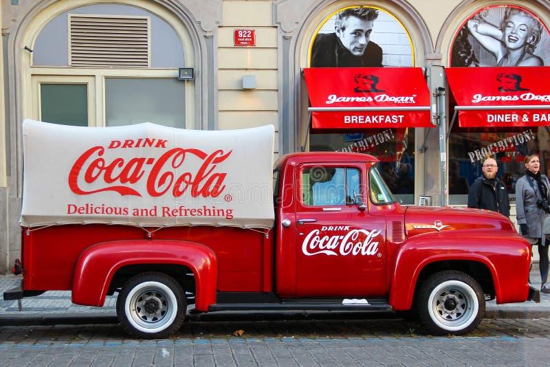 PRAG, TSCHECHISCHE REPUBLIK - 23. Oktober 2015: Ein alter erneuerter roter Ford-Weinlese Coca- Colalkw (Aufnahme) in einem Parkpl lizenzfreie stockfotos