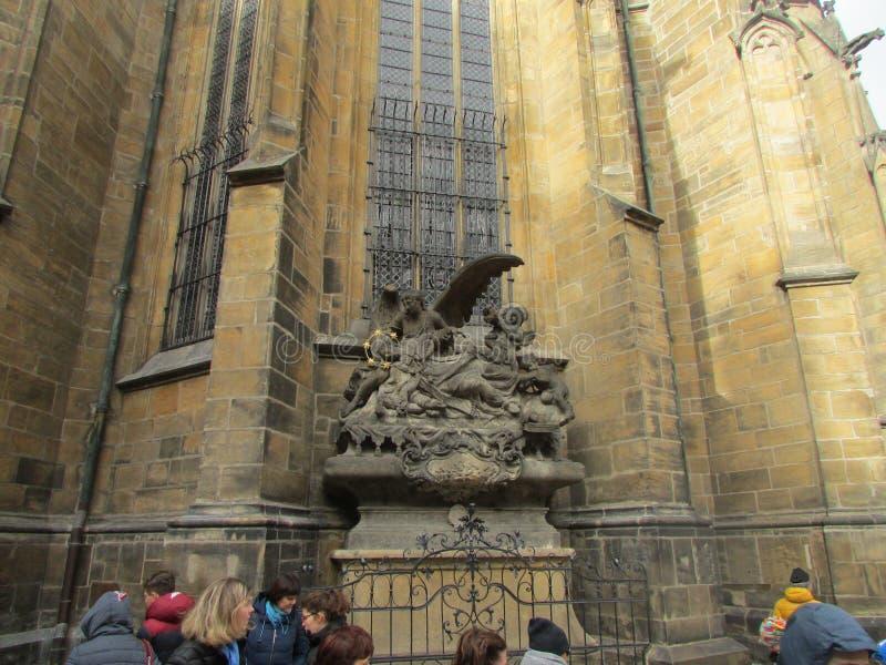 Prag, Tschechische Republik, Skulptur der Trauer von Christus nahe der Kathedrale von St. Witt in der alten Stadt stockfotografie