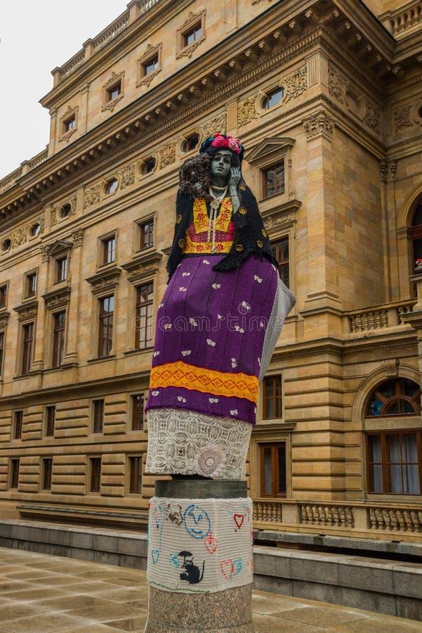 Prag, Tschechische Republik: Statue einer Frau an einem Theater in Prag Bewohner tragen Kleidung auf der Skulptur lizenzfreie stockbilder