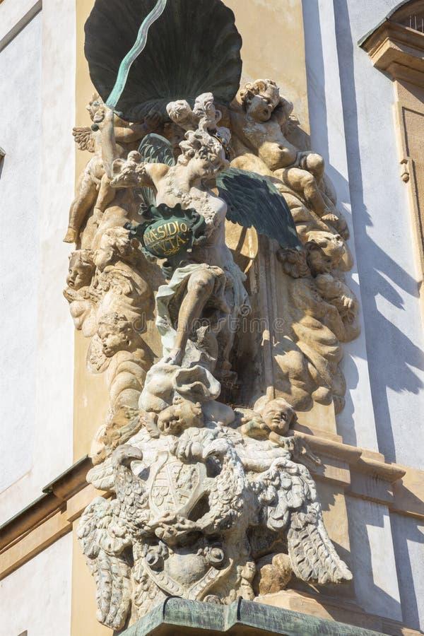 PRAG, TSCHECHISCHES REPUBLIK, AM 12. SEPTEMBER 2010: Barocke Statue St Michael auf der Fassade des Hauses im kleinen Viertel durc lizenzfreies stockfoto