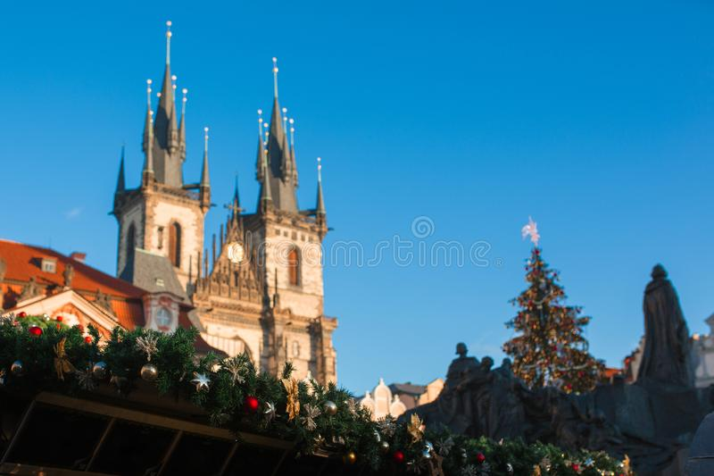 Prag-Weihnachtsmarkt und Weihnachtsbaum während des Tages, Prag, Tschechische Republik stockfotografie