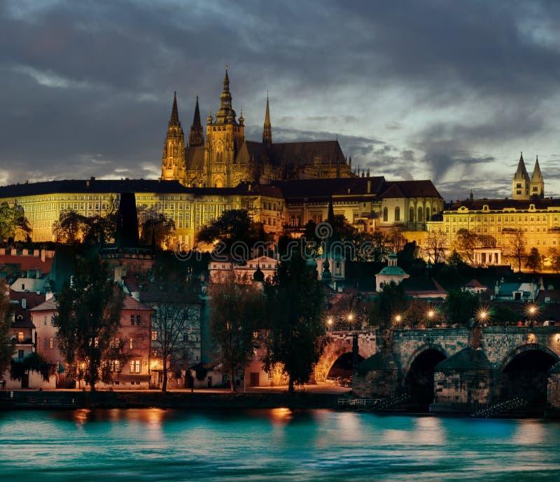 Praga & Hradcany, Praga, em a noite fotos de stock