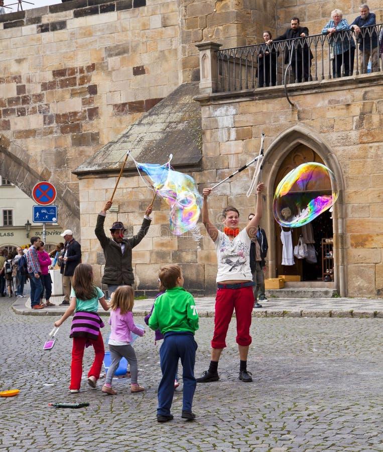 Praga, bawić się z mydlanymi bąblami fotografia stock