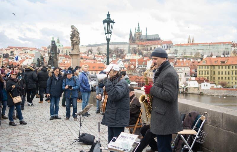 Praga, Bohemia, República Checa - diciembre de 2018: banda de la música en el puente de Charles imagen de archivo libre de regalías