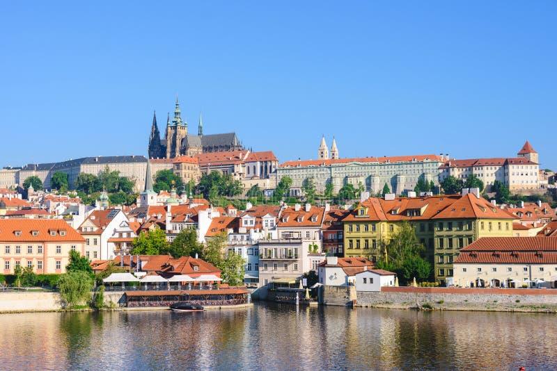 Praga, Bohemia, República Checa Hradcany es el castillo de Praga con las iglesias, las capillas, los pasillos y las torres a part fotos de archivo