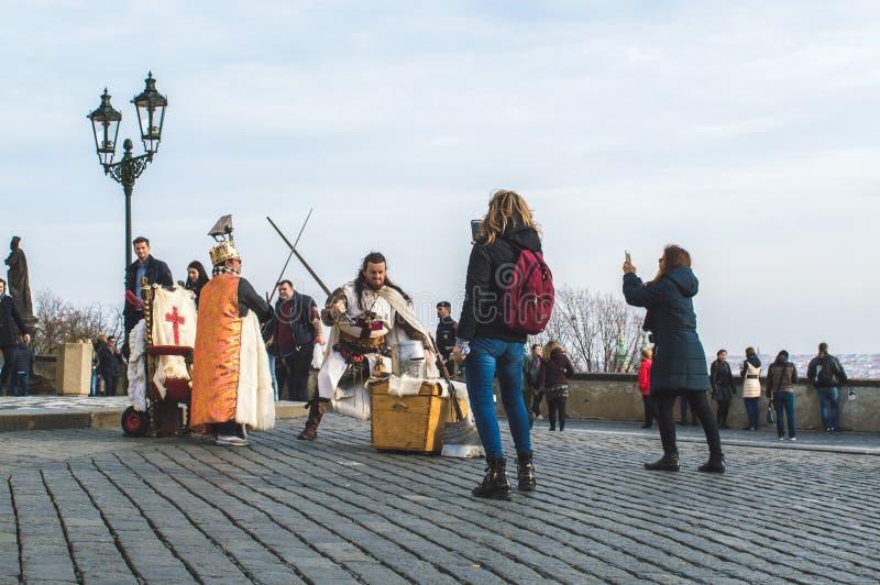 Praga, Bohemia/República Checa - noviembre de 2017: Turistas que hacen las fotos de los animadores vestidos como caballeros medie imágenes de archivo libres de regalías